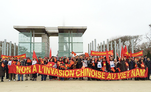 vietnamese-in-france-protest-against-chinese-oil-rig-in-east-sea