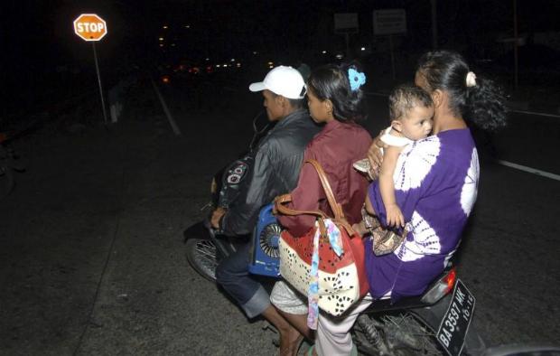 aftershocks-rock-indonesia-after-massive-quake