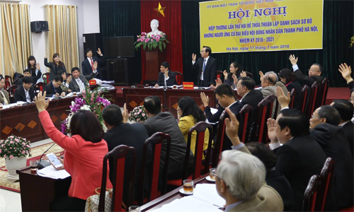 100% of Hanoi Fatherland Front committee members vote to approve the preliminary ballot. Photo by Viet Linh.