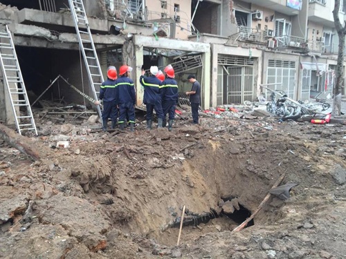 scrap-dealer-blowtorches-a-bomb-like-object-kills-four-people-in-hanoi-massive-explosion