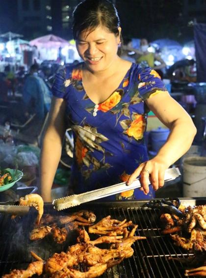 saigons-night-food-market-scene-1