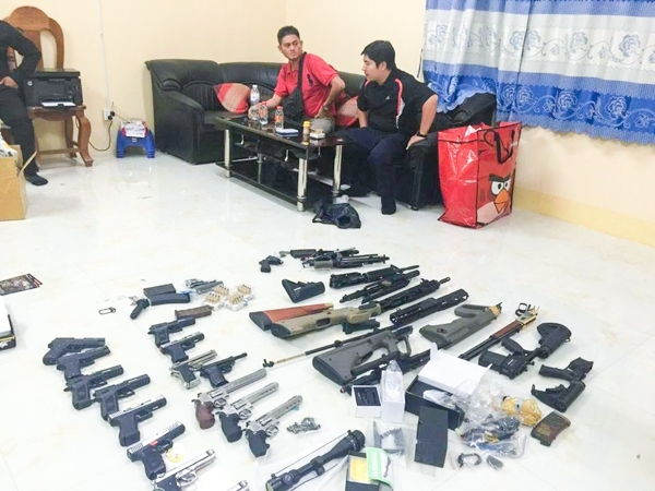 Two Vietnamese Caught Smuggling Weapons Across Border