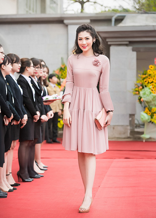 Tu Anh, Miss Vietnam 2012's runner-up, sticks to the elegant style. The quartz pink tone help enhance the femininity and white skin.
