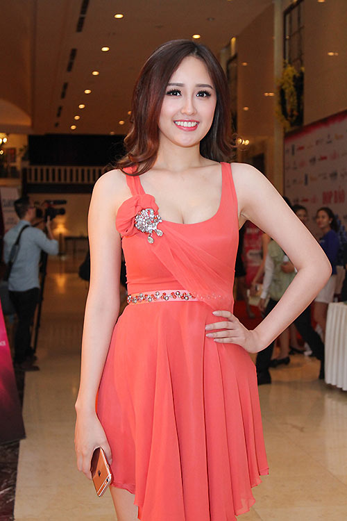 Big brand but out of hand,Mai Phuong Thuy, Miss Vietnam 2006, shows up in a kitschy and not so elegant outfit at press conference of Miss Vietnam 2016.