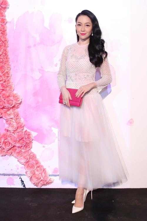 Dancer Linh Nga appears extremely feminine in full voil attire.