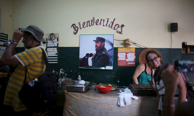 Fidel Castro, 89, makes rare public appearance
