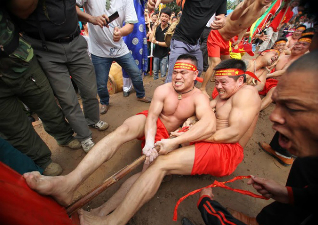 Each player straightens one hand and bent the other, the rope held tight under the armpits. After the mark of three drumbeats, the wedge is released, two leaders shout out the order.