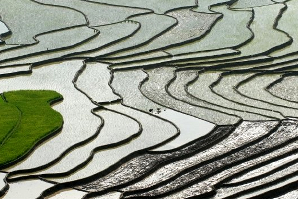 If you are the kind of people who prefer the silvery tone in pictures, move your trip to May or June. The watering season turns the all the terraces into natural mirrors, reflecting everything vertically above them.