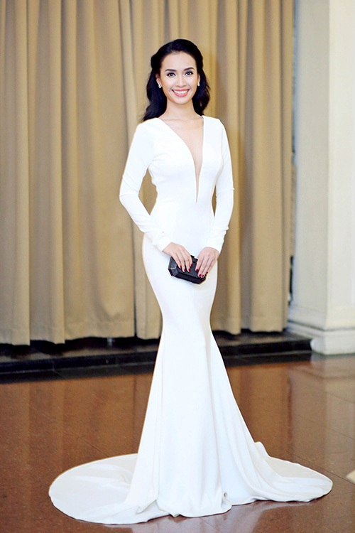 Singer Phan Le Ai Phuong donned low-cut gown, enhancing the bodys curves.