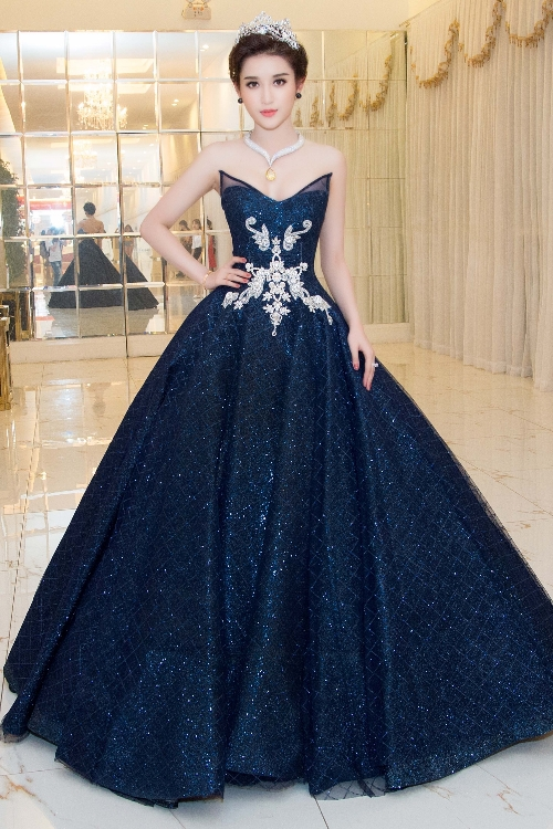 Second runner-up of Miss Vietnam 2014 pursuited princess style, wrapping herself in sparkling gown with pronounced chest details by designer Anh Thu.