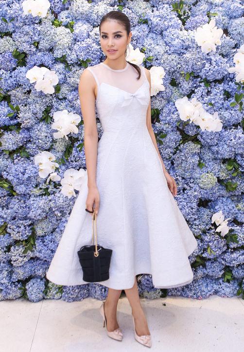 Pham Huong, Miss Vietnam 2014, upheld femininity with light violet dress.