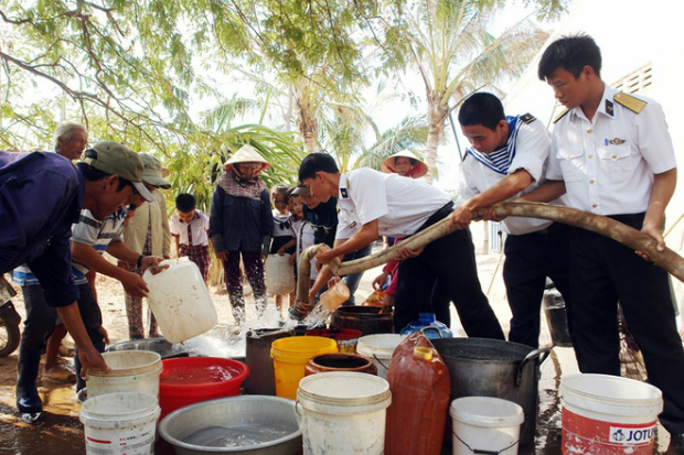 naval-forces-rescue-thirsty-locals-in-parched-mekong-delta-1