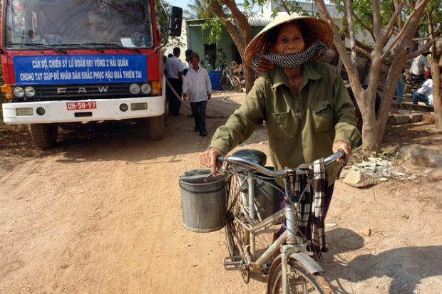 naval-forces-rescue-thirsty-locals-in-parched-mekong-delta-2