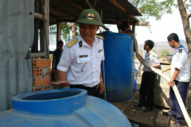 naval-forces-rescue-thirsty-locals-in-parched-mekong-delta-5