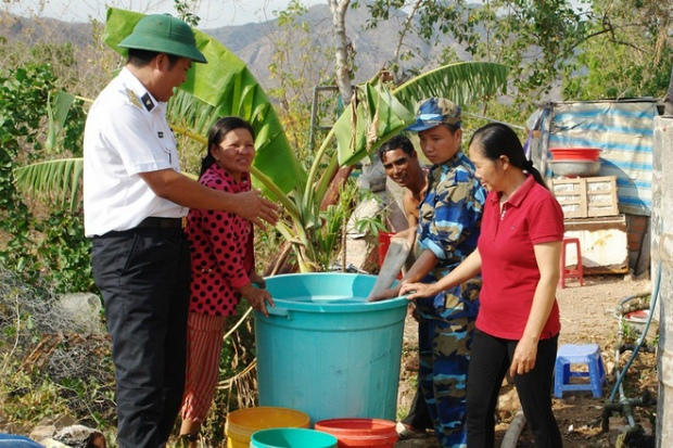 naval-forces-rescue-thirsty-locals-in-parched-mekong-delta-6