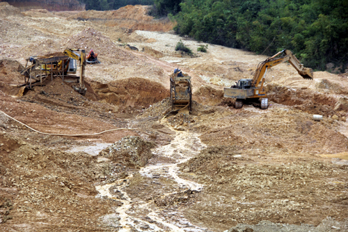gold-miners-battle-death-of-gun-and-hiv-in-central-vietnam