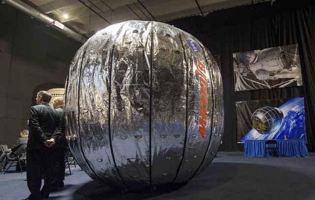 Robot arm attaches module in space, tests habitats for austronauts