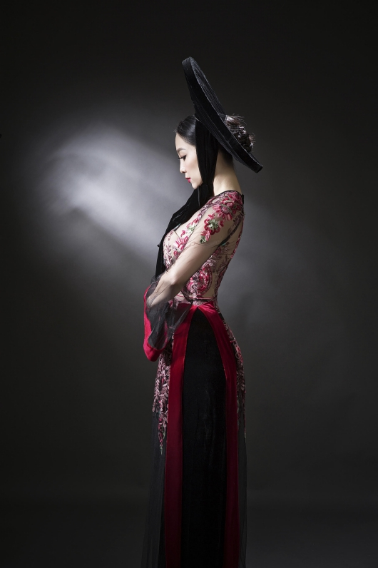 In this photo session, Linh Nga became the muse of designer Duc Hung and put on ao dai designs with floral patterns, sheer fabric, innovative wide sleeves while remaining with clinging-to-body silhouette.