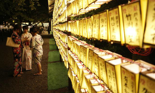 Japan's Abe makes ritual offering at Yasukuni shrine to war dead