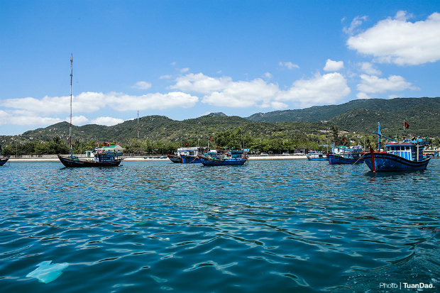Vinh Hy is a small bay 45 kilometers from the city of Phan Rang (Ninh Thuan). The dock in Vinh Hy is home to many fishing and tourist boats. The tours offered here include cruises out into the bay, coral reef tours and trips to Hang Rai.