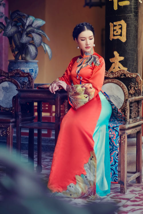 The palette used comes from the architecture and nature of Khanhs place of birth: the red tones represent the typical architecture to be found in Hue...