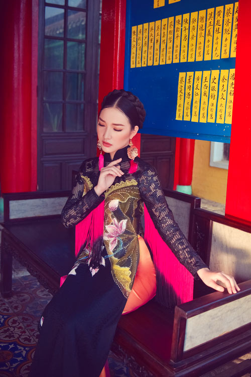 The latest ao dai collection by Khanh draws inspiration from the lotus flowers inside Hue's Imperial City. He hasn't changed the traditional silhouette but instead adds new details with velvet and silk.