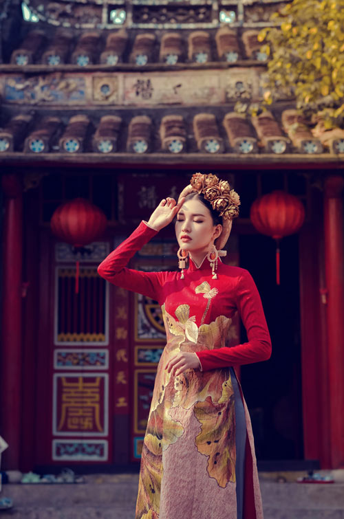 The whole collection is built on two familiar forms of the ao dai. One with a tight waist and sleeves, the other with a loose waist and wide sleeves.