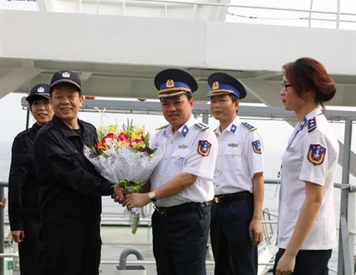 Receiving Chinese coast guards on board ship 8002