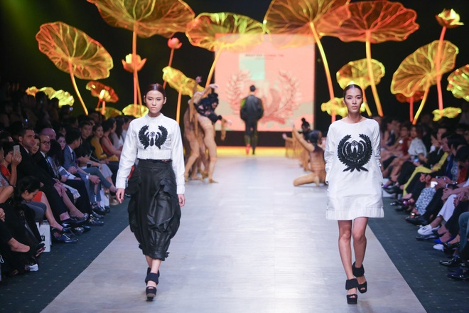 The designer turned the focus off the gowns, but on wide leg trousers, culottes, ba ba shirt. Traditional forms and fabric reminded audience of Vietnamese women of bygone eras.