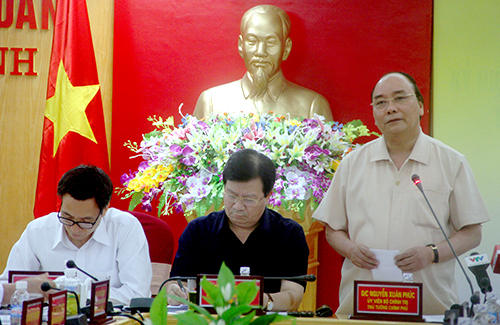 Prime Minister Nguyen Xuan Phuc (standing) at the meeting today in Ha Tinh. Photo by D.H