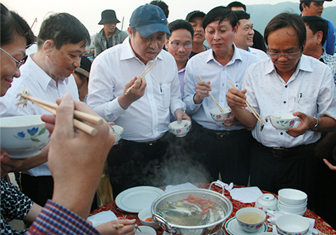 Vietnam's top officials eat fish to calm the public on toxic waters phobia