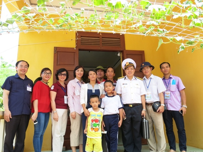 The delegates with a family on Sinh Ton Island
