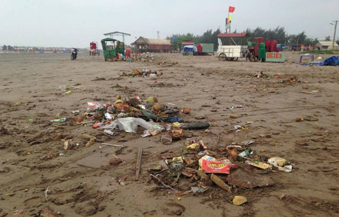 sandy-beach-turns-into-landfill-site-during-public-holiday-7