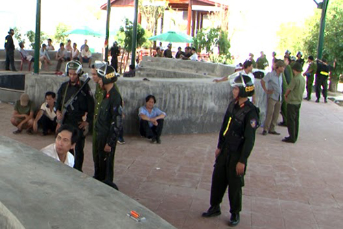 police-seize-billions-of-vnd-at-illegal-cock-fighting-event-1