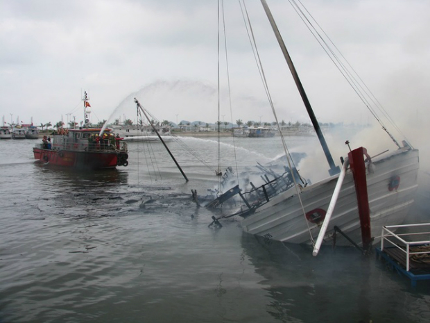 ha-long-cruise-boat-goes-down-in-flames-3