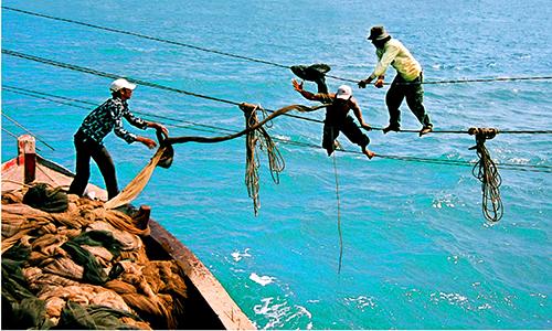 fishermen-risk-their-lives-in-ramshackle-stilt-houses-at-sea