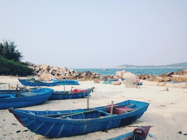 Usually compared to Robinson Crusoes island, Roof island is in An Hai Commune, Tuy An District, Phu Yen Province. Though not far from mainland, the island still proves to be the go-to place for its unpopularity.