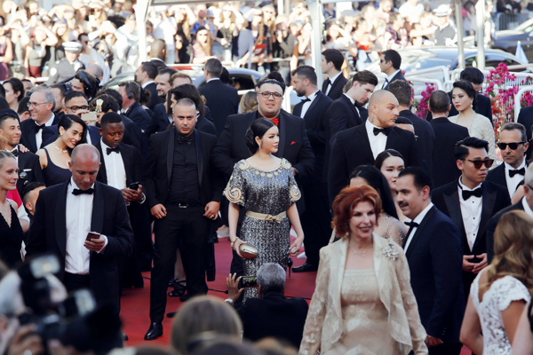 vietnamese-beauty-shows-up-in-high-fashion-attire-at-cannes-2016-8