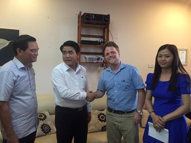 chairman-of-hanoi-meets-with-authority-shunned-foreign-cleaning-group