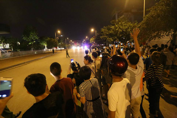 People gathered along Do Duc Duc road and cheered when Obama convoy passed by. Le Thi Hanh, a woman waiting for Obama, said