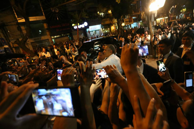obama-has-dinner-at-street-food-place-shakes-hands-with-cheering-hanoians-1