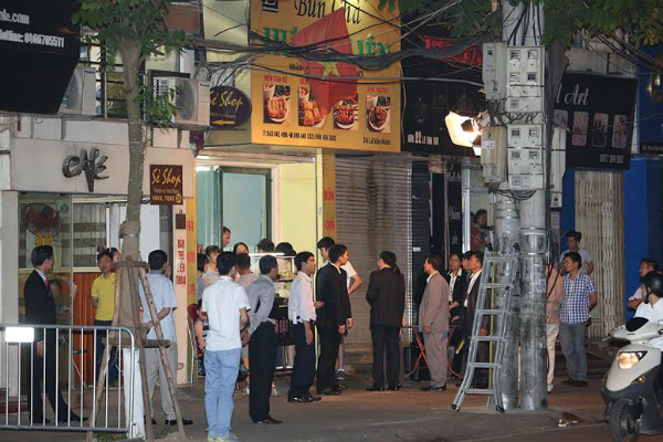 obama-has-dinner-at-street-food-place-shakes-hands-with-cheering-hanoians-10