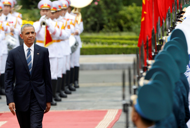 U.S. President Barack Obama reviews the guard of honour during a welcoming ceremony at the Presidential Palace in Hanoi, Vietnam,May 23, 2016. Photo by Reuters/Kham
