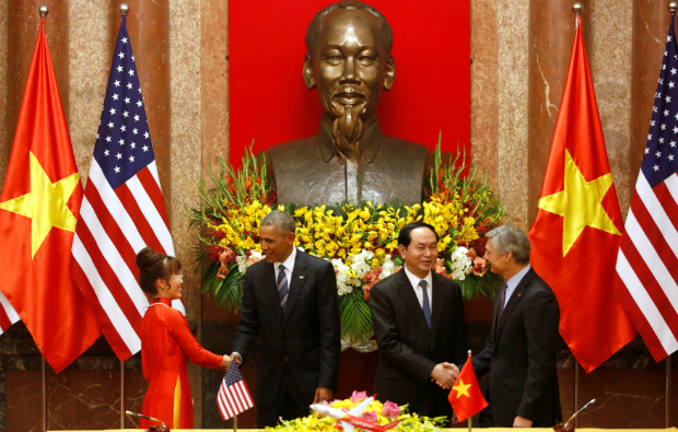 Vietjet CEO Nguyen Thi Phuong Thao (L) shakes hands with U.S. President Barack Obama (2nd L) while Ray Conner, President and CEO of Boeing Commercial Airplanes (R) shakes hands with Vietnam's Presiden Tran Dai Quang (2nd R) during a signing cermony at the Presidential Palace in Hanoi, Vietnam May 23, 2016. Photo by Reuters/Kham