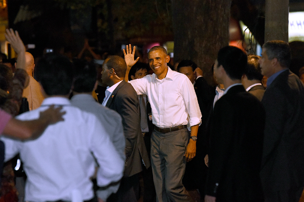 obama-has-dinner-at-street-food-place-shakes-hands-with-cheering-hanoians