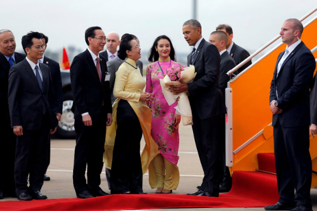 U.S. President Barack Obama receives flowers as he arrives at Tan Son Nhat Airport in Ho Chi Minh City, Vietnam May 24, 2016. Photo by Reuters/Carlos Barria