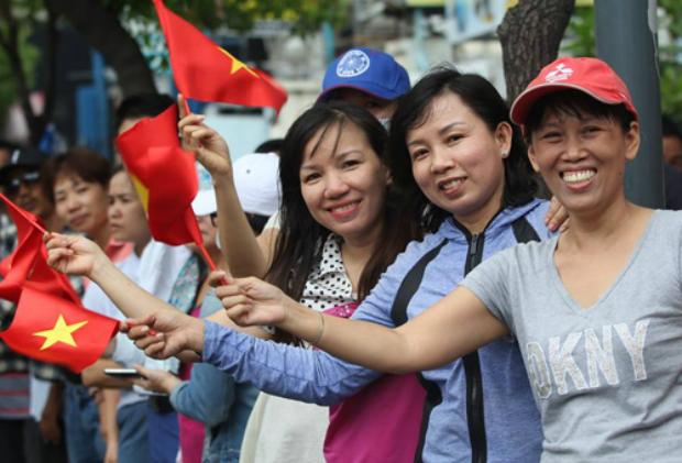 Saigoneers greeting Obama. Photo by VnExpress/Phuoc Tuan