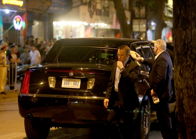 U.S. snipers, special forces keep watchful eye as Obama enjoys streetfood dinner