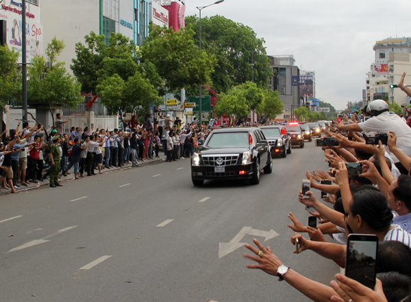thousands-of-saigoneers-welcome-obama-to-ho-chi-minh-city