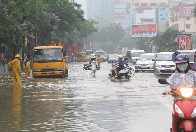 deluge-transforms-hanoi-into-city-of-canals